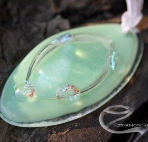 Halványzöld üveg medál, ovális, buborékos