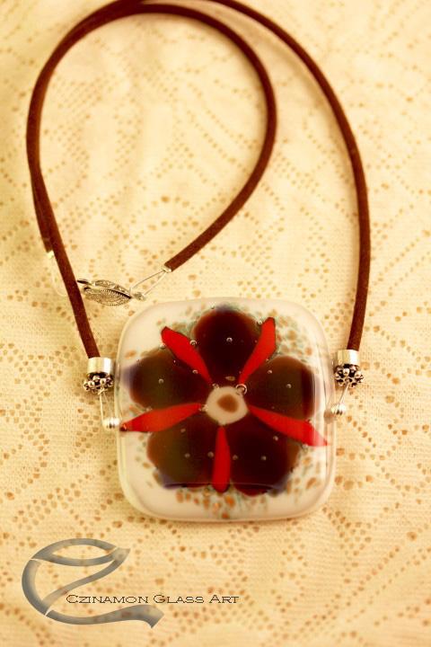 Lila virág mintás üvegékszer