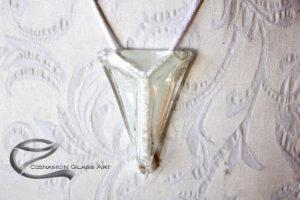Hófehér háromszög üvegékszer
