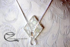 Hófehér rombusz üvegmedál