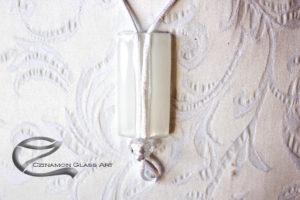 Egyszerű hófehér üvegékszer