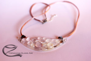 Üvegmedál, pöttyös, rózsaszín, magyar design ékszer