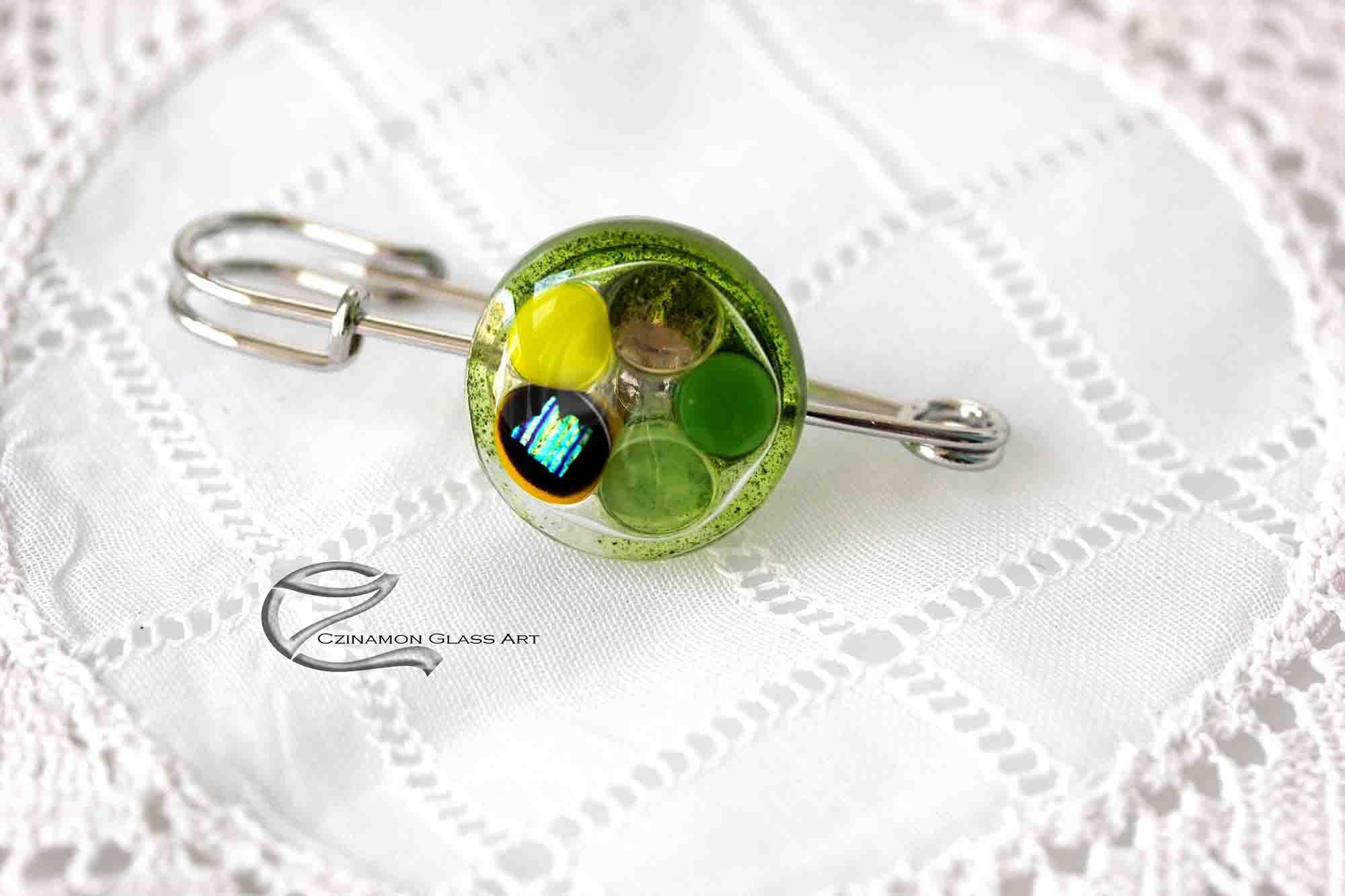 Zöld bross kitűző