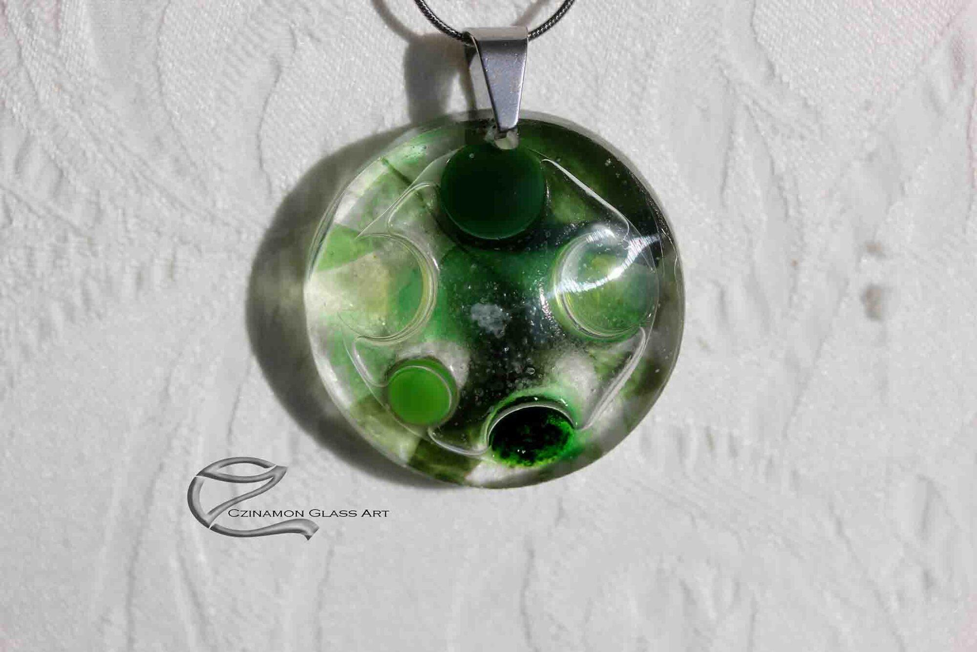 Zöldes üveg medál