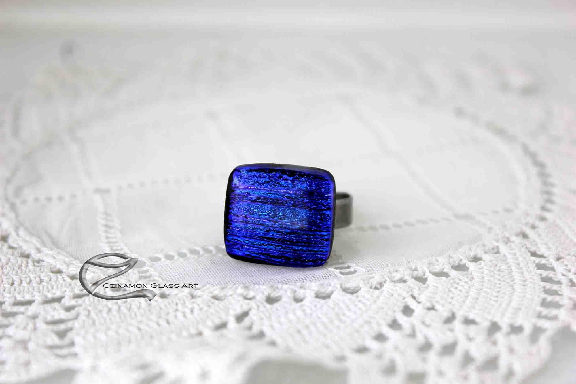 szögletes áttetsző, irizáló, türkiz csillogású üveg gyűrű, orvosi acél gyűrűalapon.