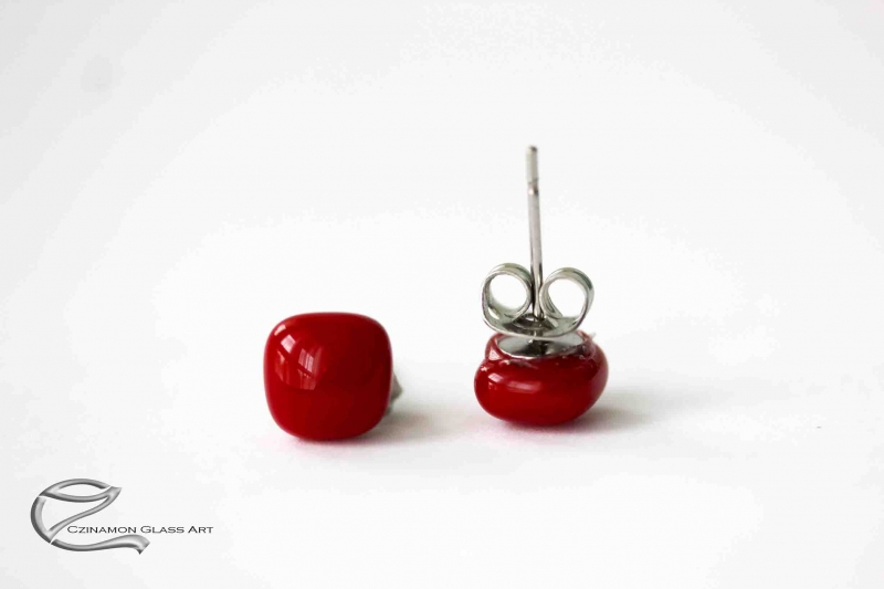 Bársonyos piros üveg fülbevaló kicsi méretben