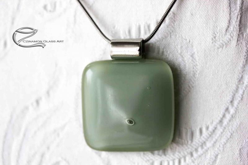 Sás zöld üveg medál