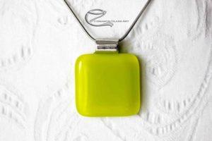 Urán sárga üveg-medál